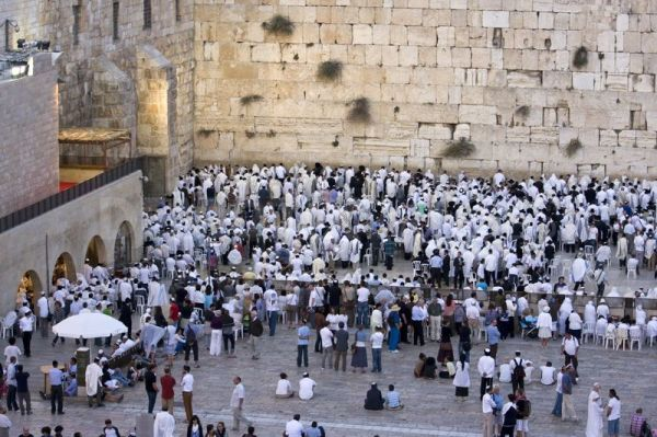BLCF: Jews-pray-at-the-Wailing-Wall-on-Yom-Kippur_